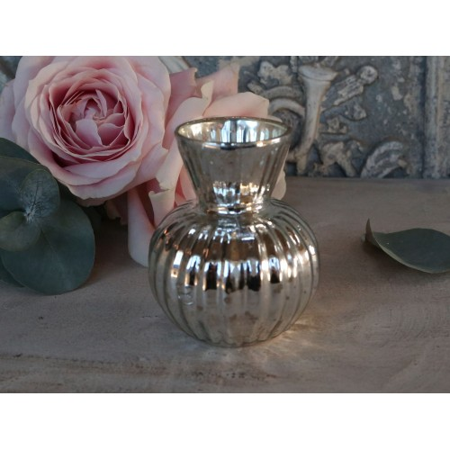 Vase med riller i fattigmandssølv H: 8 cm.